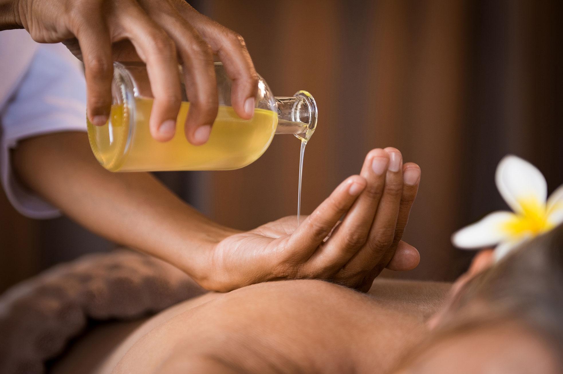 Massageurin lässt Öl in die Hand fließen
