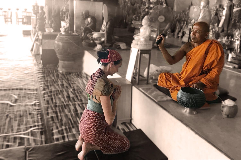buddhistischer Mönch gibt Segnung